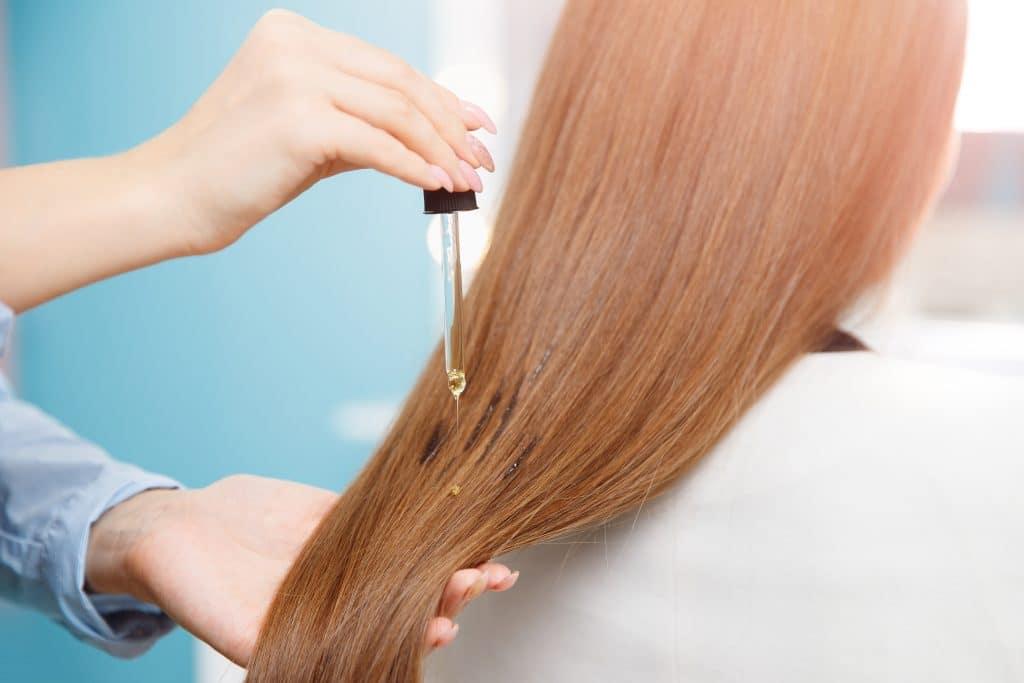 Utiliser un sérum pour protéger vos cheveux