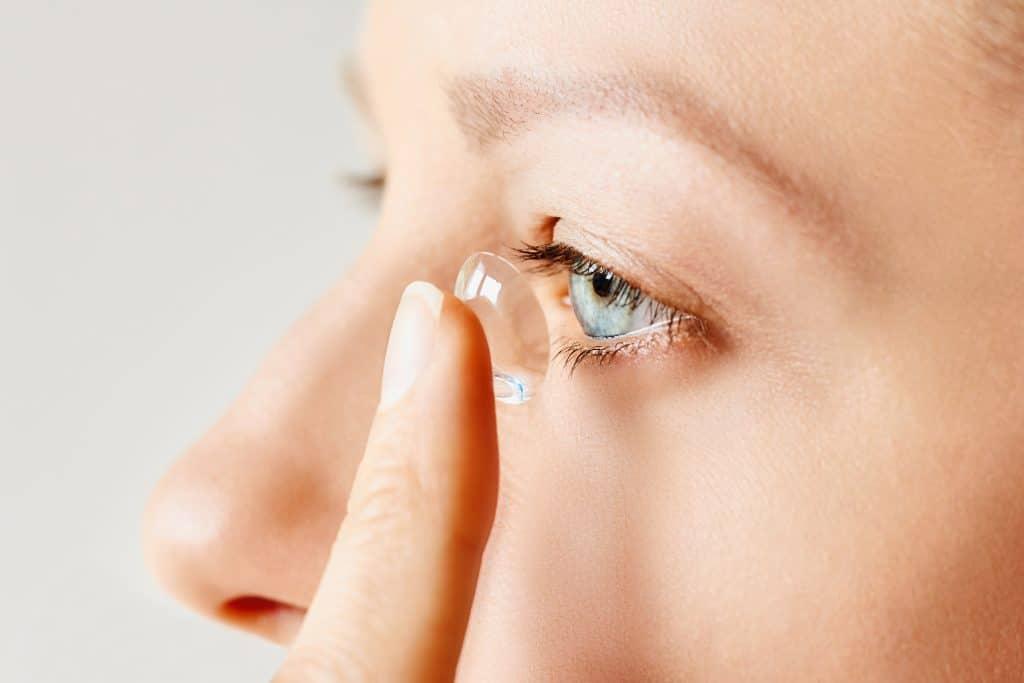 Comment mettre des lentilles de contact ?
