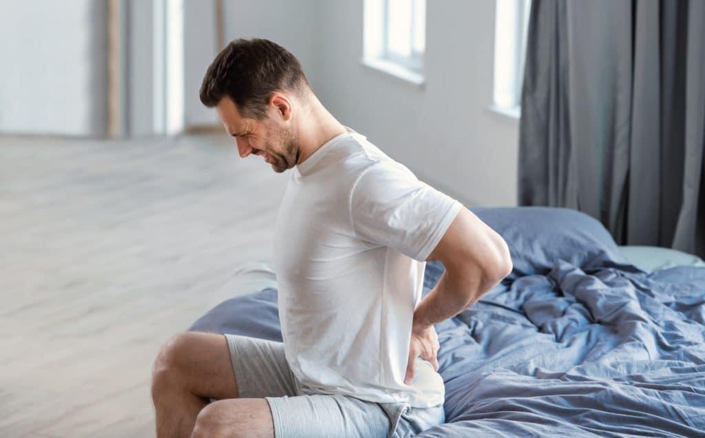Pourquoi on a mal au dos au réveil ?