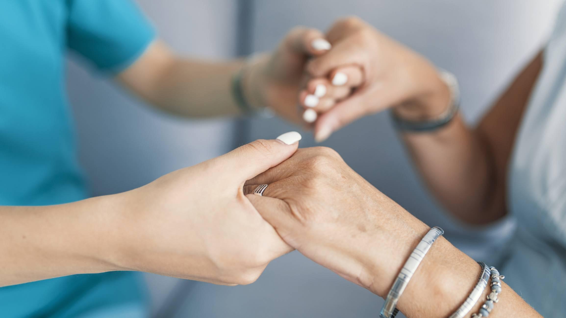 Les personnes âgées font partie des bénéficiaires des aides au service à domicile.