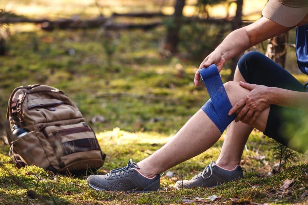 Quelles sont les causes des douleurs aux genoux durant une randonnée?